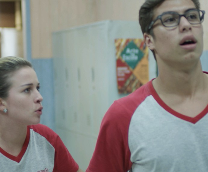 Fil e Jéssica conversam na sala do Dom Fernão (Foto: TV Globo)