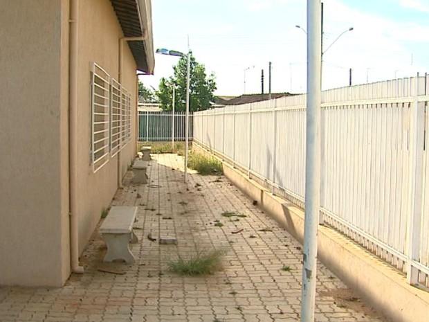 Obras do Centro Comuniário do Jardim Redentor estão paradas há três meses em Pirassununga (Foto: Reginaldo dos Santos/EPTV)