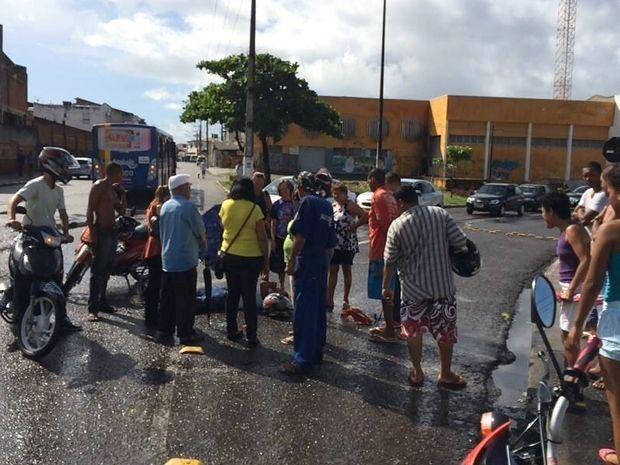 Motociclista aguardou atendimento do Samu caído no chão  (Foto: Tássio Andrade/G1)