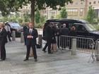 Vídeo mostra momento em que Hillary Clinton é amparada após passar mal em cerimônia do 11/9