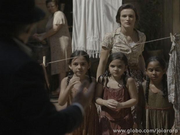 Ernest fala para Amélia que Pérola não voltará ao curtiço (Foto: Joia Rara / TV Globo)