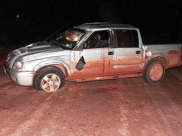 Condutor capotou a caminhonete e dois ficaram feridos em Sinop. (Foto: Cleverton Neves/Só Notícias)