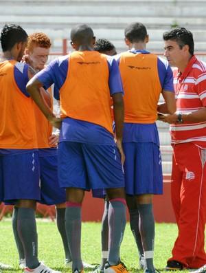 Gallo escalou a equipe para enfrentar o Figueirense (Foto: Aldo Carneiro)