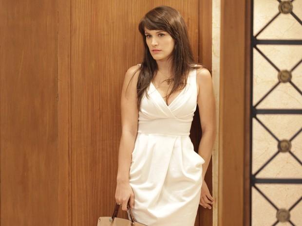 Fofoqueira! Carolina ouve conversa atrás da porta e entrega os planos das mulheres para Felipe (Foto: Guerra dos Sexos/TV Globo)