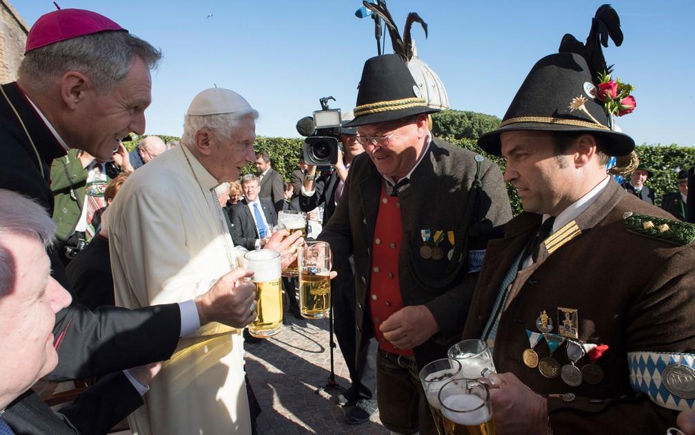 O Papa emérito Bento XVI recebe uma delegação da Bavária nas comemorações por seu 90º aniversário, no Vaticano, na segunda-feira (17) (Foto: L'Osservatore Romano/Pool Photo via AP)