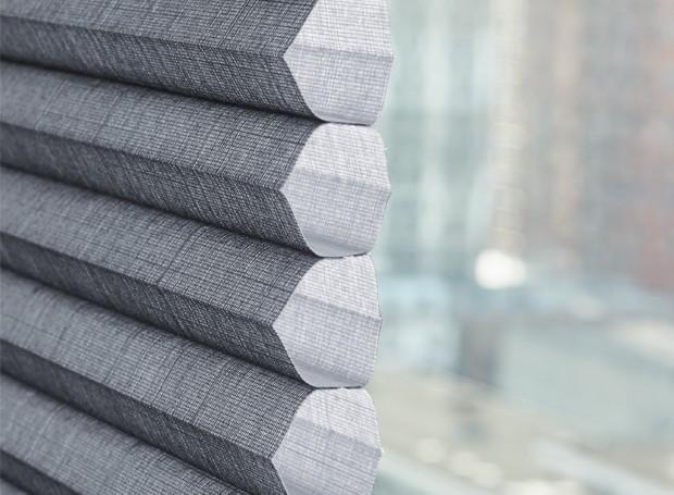 As células das cortinas possuem a exclusiva tecnologia Honeycomb, que permite conforto térmico e melhor absorção acústica (Foto: Divulgação)