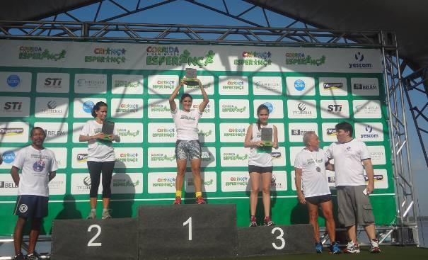 Mulheres comemoram primeiras colocações com troféus.  (Foto: Dominik Giusti/TV Liberal)