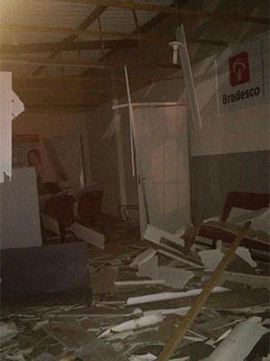 Agência do Bradesco ficou destruída  (Foto: Divulgação/PM)