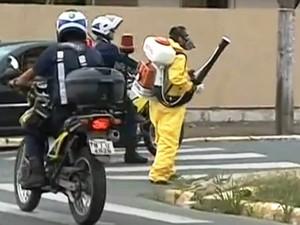 Agentes de endemia estão atuando em Itajaí (Foto: Reprodução/RBS TV)
