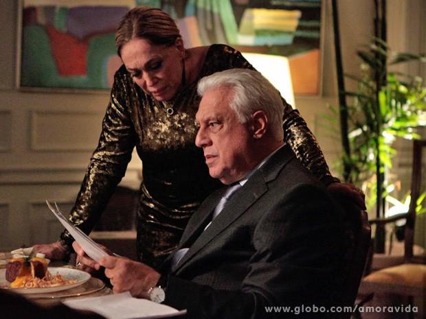 Pilar e César ficam chocados com as fotos (Foto: Amor à Vida / TV Globo)