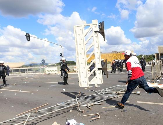 Manifestação contra as reformas e o governo de Michel Temer tomam as vias da Esplanada dos Ministérios (Foto:  Adriano Machado/Reuters)