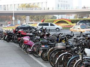 Com a proibição de motos nos centros da grandes cidades na China, os modelos elétricos se proliferaram, por exemplo, em Xangai (Foto: Rafael Miotto/G1)