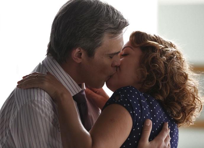 Paulucha e Tomás não resistem e se beijam (Foto: Inácio Moraes/Gshow)
