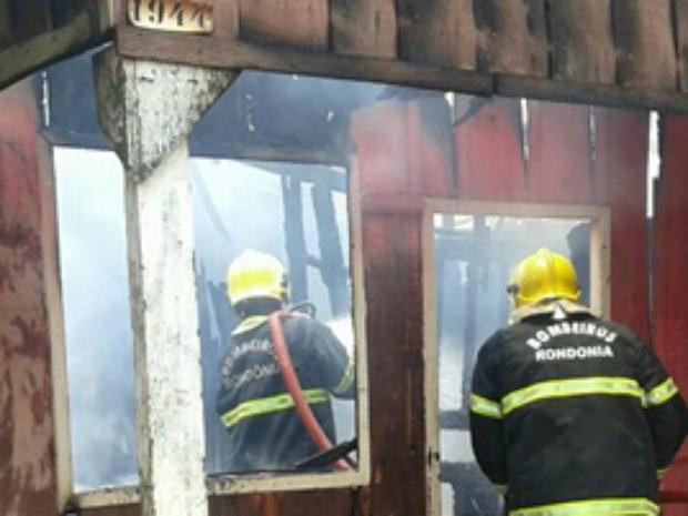 Quando os bombeiros chegaram a maior parte da casa havia sido destruída. (Foto: Divulgação\Pimenta Virtual)