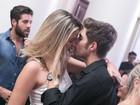 Rafael Vitti troca beijos com loira em festa no Rio