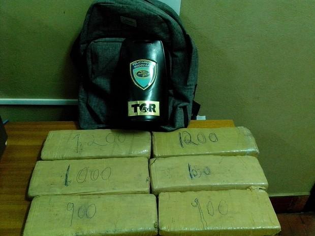Seis tijolos de maconha foram apreendidos com o adolescente  (Foto: Divulgação/ Polícia Rodoviária)