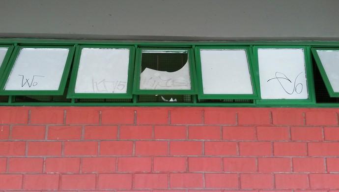 Vidro vestiário Ginásio Hugo Ramos quebrado (Foto: Bruno Rocha)