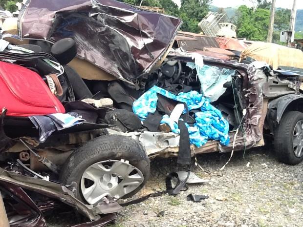 Acidente entre ônibus e carro deixa duas pessoas mortas em Miracatu (Foto: Rinaldo Rori/TV Tribuna)