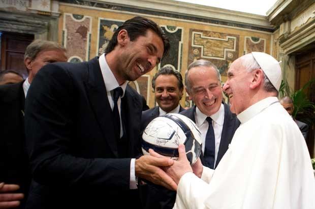 O goleiro italiano Gianluigi Buffon presenteia Francisco com uma bola autografada (Foto: AP/Osservatore Romano)