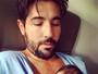 Sandro Pedroso posa com o filho recém-nascido após cinco dias na UTI