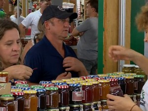 Produtos feitos por pequenos agricultores são uma das atrações da feira (Foto: Reprodução/RBS TV)
