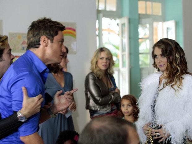 Chayene faz entrada triunfal e dá xequemate em Fabian (Foto: Cheias de Charme / TV Globo)