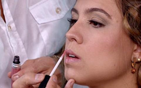 Torquatto ensina passo-a-passo de penteados-tendência para noivas
