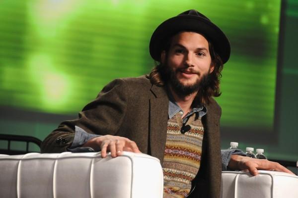 Vira e mexe Ashton Kutcher aparece de barba por ai. Ele já até a usou para seu papel em 'Two and a Half Men'. O que será que Mila Kunis prefere? (Foto: Getty Images)
