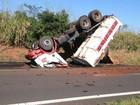Motorista fica preso em ferragens após capotamento de caminhão