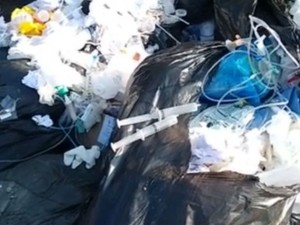 Seringas foram encontradas no meio do lixo (Foto: Reprodução / TV TEM)