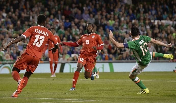 O camisa 10 deu lençol e concluiu de voleio. Foi seu 68º gol com a camisa da Irlanda, se tornando o maior artilheiro com camisa de seleção na história, empatado com Gerd Muller' (Foto: Reuters )