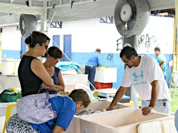 A paulista Hélida Cunha disse estar à procura de tambaqui na feira (Foto: Diego Toledano/ G1 AM)