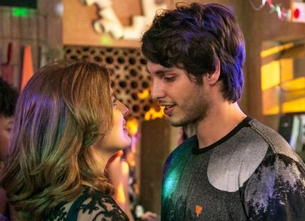 Juliana dispensa Jabá para dançar com Lucas