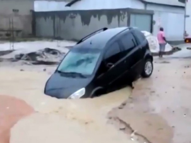 Carro cai em cratera na cidade de Eunápolis (Foto: Reprodução/TV Bahia)