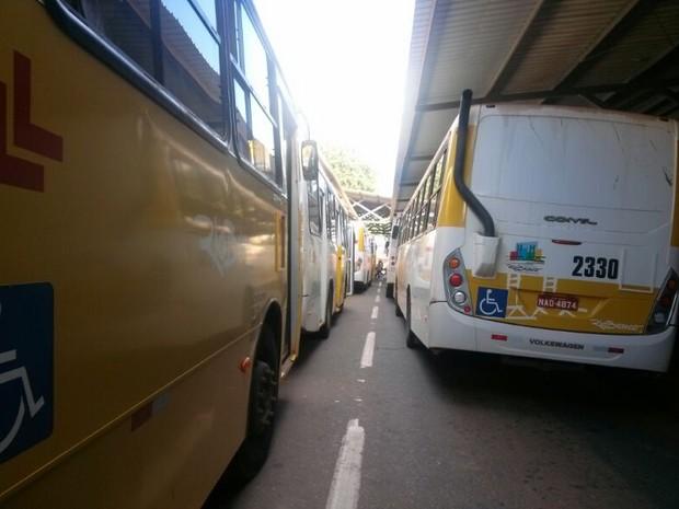 Ônibus parados no Terminal Urbano de Rio Branco (Foto: Veriana Ribeiro/G1)