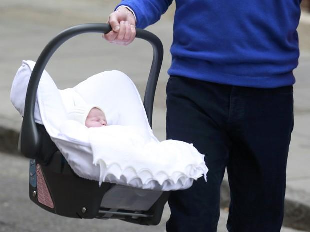 Príncipe William carrega sua nova filha, que nasceu neste sábado (2), em Londres (Foto: Cathal McNaughton / Reuters)