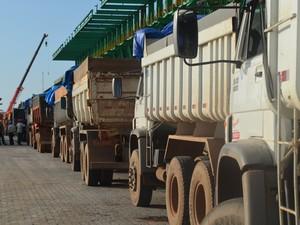 Fila de caminhões aguardando para descarregar (Foto: Mieko Wada/G1)