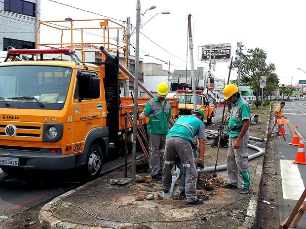 Funcionários da Emdec consertam semáforo destruído por motorista em Campinas (Foto: André Natale / G1)