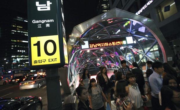 Estação do opulento distrito de Gangnam, em Seul, em 2012 (Foto: AP/Hye Soo Nah)