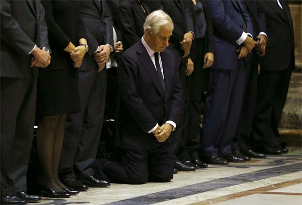 Carlos Fitz-James Stuart Martinez de Irujo, filho da duquesa, se ajoelha durante o funeral na catedral (Foto: Marcelo del Pozo/Reuters)