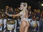 Ex-BBB Fabiana usa modelo fio dental em noite de samba