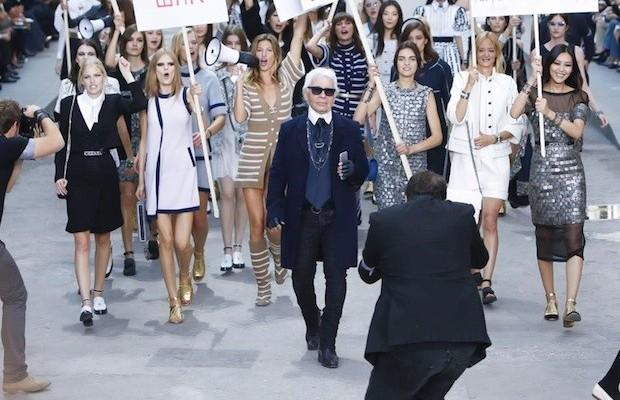 Karl Lagerfeld, Gisele e o exército de modelos da Chanel no desfile da marca (Foto: Divulgação)