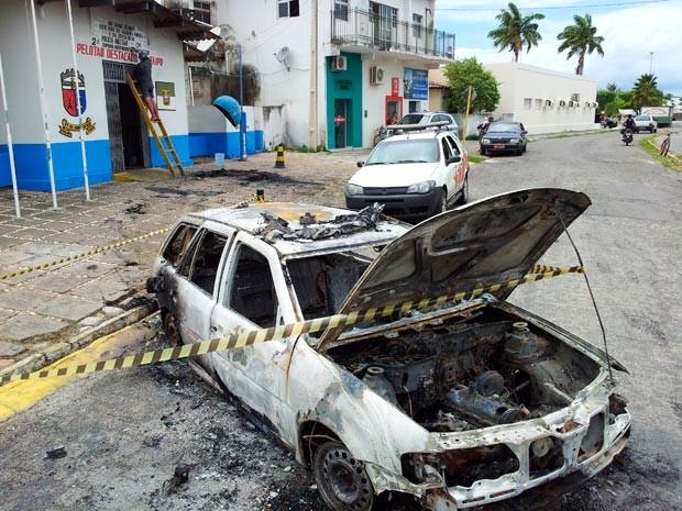 Viatura da PM foi queimada em Taipu, no RN (Foto: Henrique Dovalle, da Inter TV Cabugi)