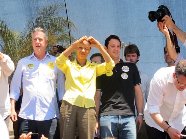 Marina Silva faz 'coração' para eleitores em Ceilândia (Foto: Lucas Salomão/G1)