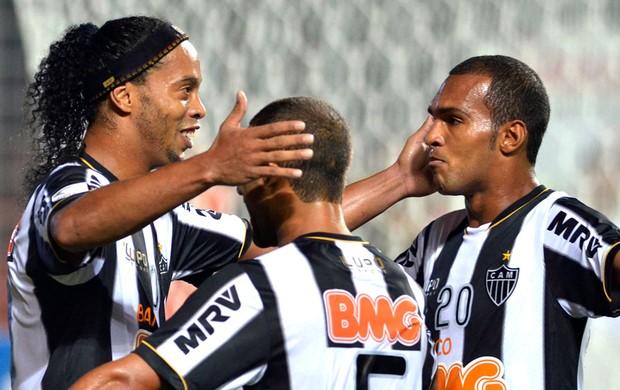Ronaldinho Gaúcho comemora gol no jogo do Atlético-MG contra o The Strongest (Foto: Reuters)