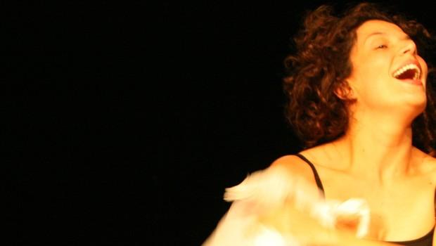 A atriz Gabriela Flores em cena de 'Music Hall': a Menina, uma artista de espetáculo de variedades, rememora sua carreira. (Foto: Cacá Bernardes / Divulgação)