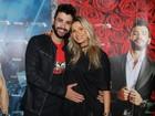 Gusttavo Lima posa com a mão na barriga de Andressa Suita em show