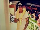 Justin Bieber posta foto com cobra albina no pescoço