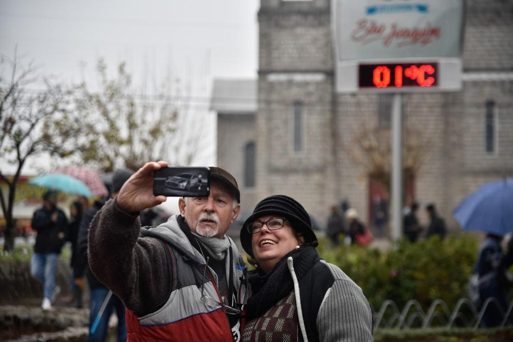 Turistas lotam a cidade de São Joaquim (SC), aguardando a possível ocorrência de neve nesta segunda-feira, 17.  (Foto: Fom Conradi/Mafalda Press/Estadão Conteúdo)