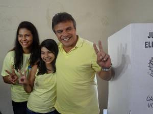 Zenaldo votou acompanhado das filhas. (Foto: Thais Rezende/G1)